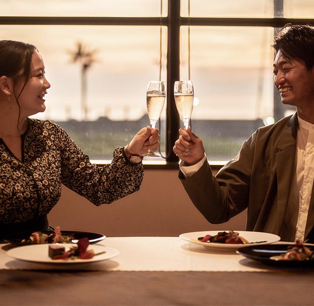 目の前に広がる景色も料理のアクセントにシェフ自慢の料理を味わうマリーナレストラン